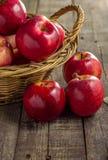 Красные яблоки на корзине пикника Стоковая Фотография