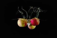 Красные яблоки упали в воду Стоковое фото RF
