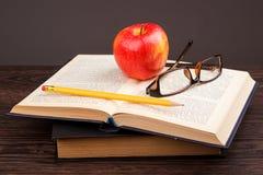 Красные яблоко и книга Стоковая Фотография RF