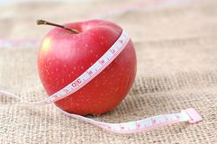 Красные яблоко и metter Стоковые Фотографии RF