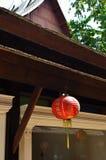 Красные японские бумажные фонарики на крыше Стоковое Фото