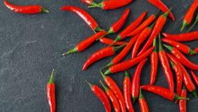 Красные chili или перец Кайенны на каменной поверхности сток-видео