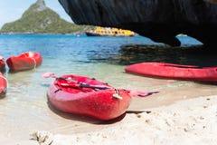Красные kayaks на тропическом пляже, Таиланде Стоковое фото RF