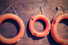 Красные lifebuoys на крупном плане деревянной доски Стоковые Фото