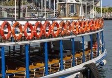 Красные lifebuoys на прогулочном катере Стоковые Фото