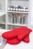 Красные Mittens перчаток печи в современной кухне Стоковые Фото