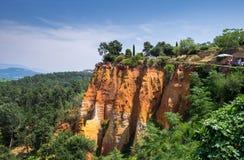 Красные ocher скалы вокруг деревни Руссильона, Провансали стоковые фото