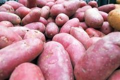 Красные patatos для продажи на супермаркете Стоковые Фото