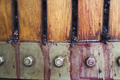 Красные winegrapes будучи задавливанным в прессе корзины Стоковое фото RF