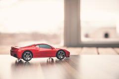 Красный автомобиль игрушки на древесине Стоковое Изображение RF