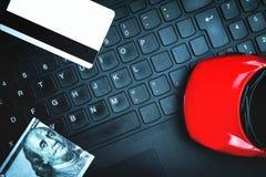 Красный автомобиль игрушки с кредитной карточкой и 100 долларов на компьтер-книжке ke Стоковое Изображение RF