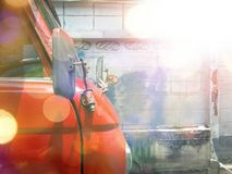 Красный автомобиль имеет взгляд со стороны, только голову автомобиля, стоковая фотография rf
