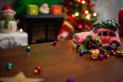 Красный автомобиль с рождественской елкой на верхней части стоковое фото