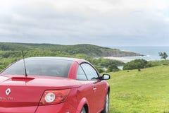 Красный автомобиль на пляже Стоковые Изображения RF