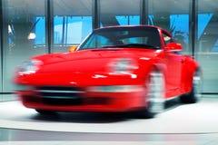 Красный автомобиль спорт на вращая платформе Стоковые Изображения RF