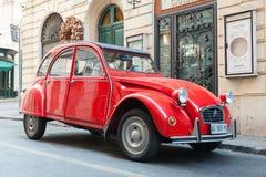 Красный автомобиль экстренныйого выпуска Citroen 2cv6 oltimer Стоковые Фото