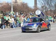 Красный автомобиль Bull выдвиженческий на ежегодном параде дня St Patricks Стоковое Изображение