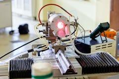 Красный лазер в лаборатории стоковая фотография