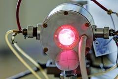 Красный лазер в лаборатории стоковое фото