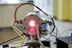 Красный лазер в лаборатории стоковые изображения