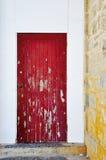 Красный акцент двери: Огорченный стоковая фотография rf