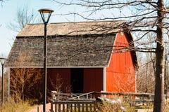 Красный амбар на саде фермы Мичигана в садах Frederik Meijer в Гранд-Рапидсе стоковые фотографии rf