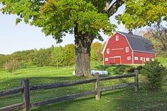 Красный амбар на ферме. Стоковое Фото
