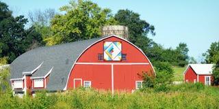 Красный амбар лоскутного одеяла в поле стоковые фотографии rf