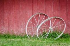 Красный амбар с колесами телеги Стоковые Фотографии RF
