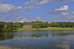 Красный амбар через озеро стоковое изображение rf