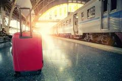 Красный багаж путешествовать в железнодорожной станции Стоковые Фото