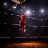 Красный баскетболист в действии стоковое фото