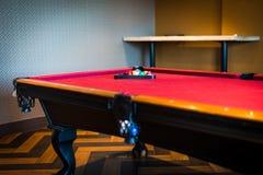 Красный бильярдный стол, низкий angled взгляд стоковое фото