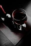 Красный бокал около бутылки Стоковое Изображение RF