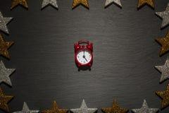 Красный будильник на шифере с рамкой звезды Стоковое фото RF