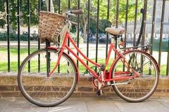 Красный велосипед в Кембридже Стоковая Фотография RF