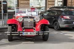 Красный винтажный автомобиль oldtimer стоит припаркованным Стоковые Изображения