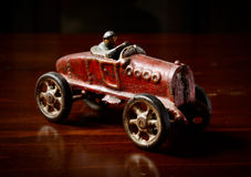 Красный винтажный автомобиль игрушки на темном деревянном столе Стоковая Фотография
