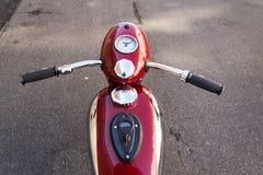 Красный винтажный мотоцикл Jawa 125 произвел в бывшей Чехословакии Стоковые Изображения