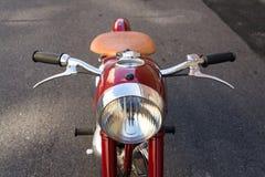 Красный винтажный мотоцикл Jawa 125 произвел в бывшей Чехословакии Стоковое Фото