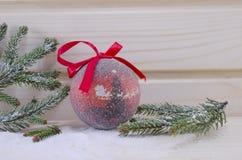 Красный винтажный орнамент рождества с ветвями ели Стоковая Фотография RF