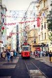 Красный винтажный трамвай в Стамбуле, Турции стоковое фото