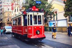 Красный винтажный трамвай в Стамбуле, Турции стоковое изображение