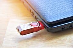 красный внезапный привод в usb порта с тетрадью компьютера Стоковые Фото