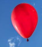 Красный воздушный шар в голубом небе Стоковое Фото