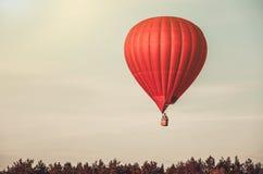 Красный воздушный шар в небе Стоковые Изображения RF