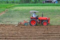 Красный вспахивать трактора паз Стоковое Изображение RF