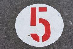 Красный 5 в белом дорожном знаке круга стоковые изображения