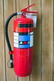 Красный гаситель зафиксированный на деревянной стене стоковая фотография rf