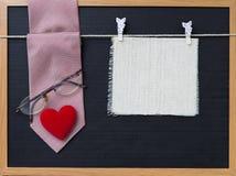 Красный галстук дизайна картины с eyeglasses и красная ткань сердца и пустых холста Стоковые Изображения